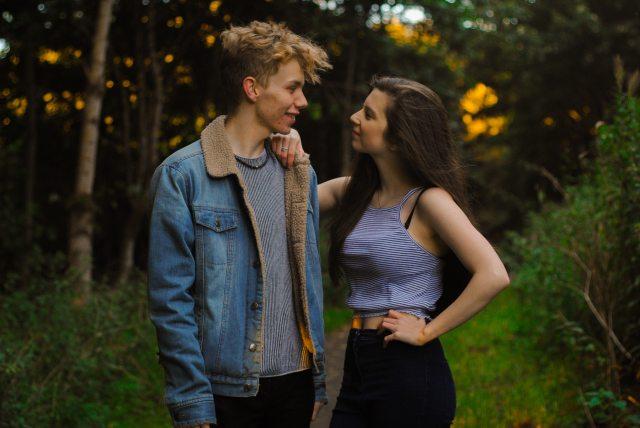 affection-bokeh-couple-849233